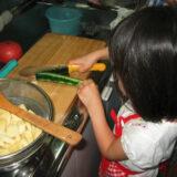 子どもが初めてカレーとサラダを作った日